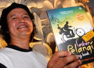 """Andrea Hirata dan Buku """"Laskar Pelangi"""" karyanya. (foto: Viva)"""