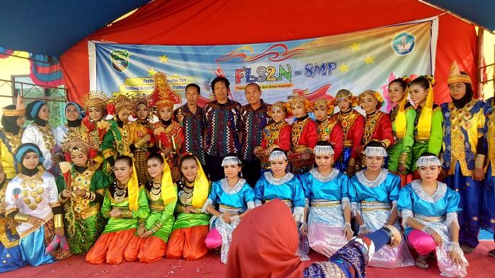 Bersama Para Pelajar yang mengikuti Lomba FLS2N, diantaranya Lomba Seni Drama, Tarik dan Musik. (foto: ist/palontaraq)