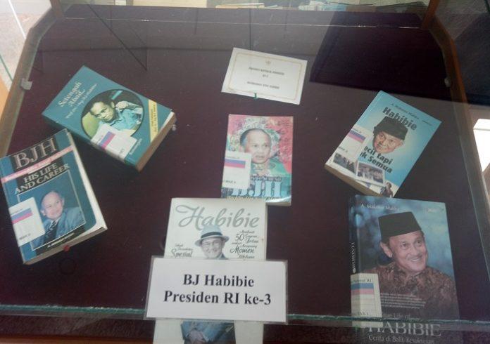 Koleksi Buku tentang Habibie, Presiden RI ke-3. (foto: mfaridwm/palontaraq)