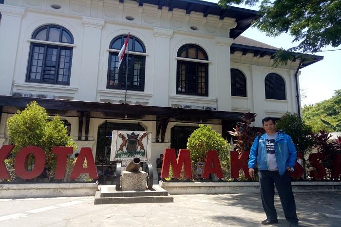 Penulis di depan Museum Kota Makassar. (foto: ist/palontaraq)