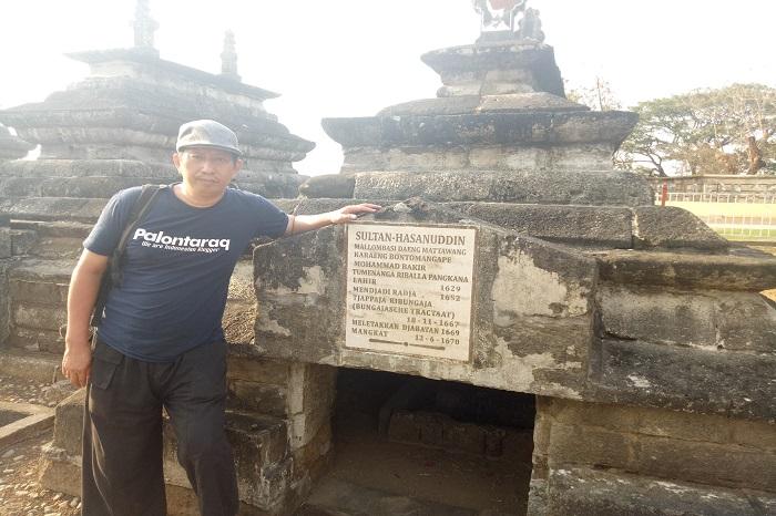 Penulis di Kompleks Makam Raja-raja Gowa. (foto: ist/palontaraq)