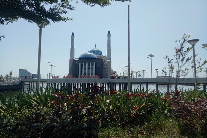 Masjid Amirul Mukminin di Pantai Losari . (foto: mfaridwm/palontaraq)