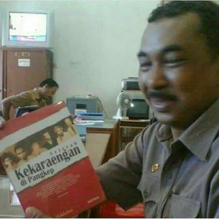 """Membaca Buku, """"Sejarah Kekaraengan di Pangkep"""". (foto: ist/palontaraq)"""