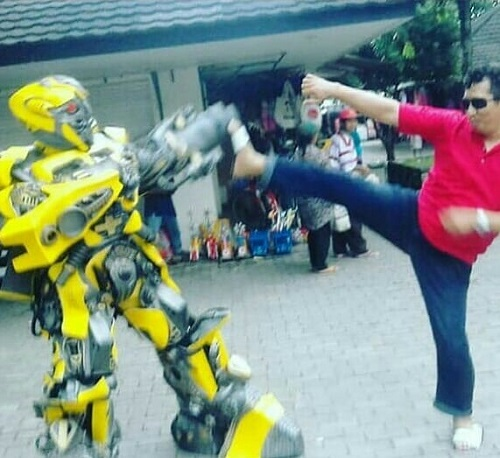 Meleoas Stress - Bermain-main dengan Robot di Pelataran Candi Prambanan. (foto: ist/palontaraq)