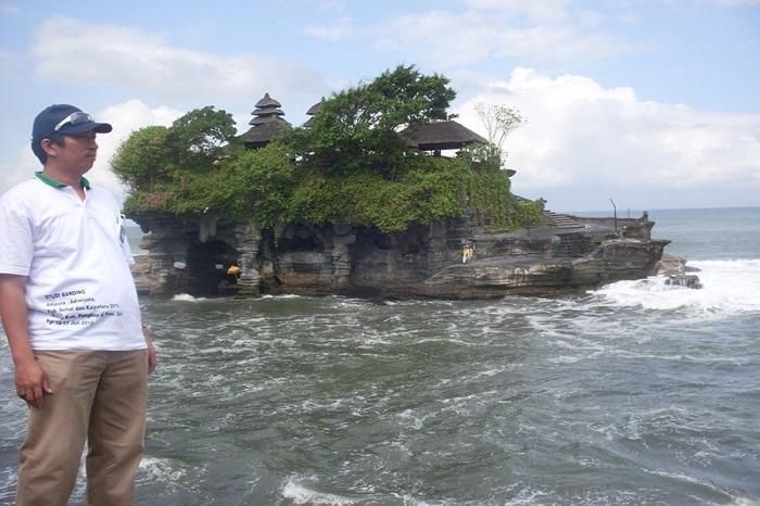 Penulis di Tanah Lot, Bali. (foto: ist/palontaraq)