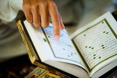Membaca Al-Qur'an. (foto: ist/palontaraq)