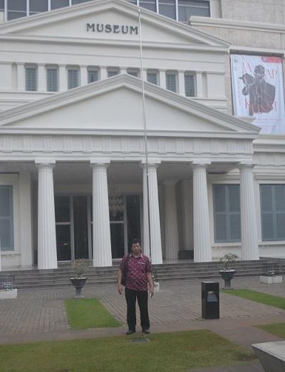 Penulis di depan Gedung Museum Nasional RI. (foto: ist/palontaraq)