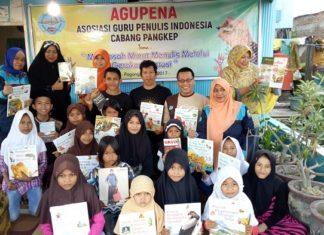 Mengajak Anak mengakrabi Buku (Kegiatan Literasi). (foto: ist/palontaraq)