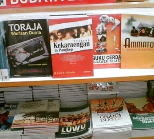 Deretan Rak Buku di TB. Grahamedia,  MTos Lt. 3, Makassar. (foto: ist/palontaraq)
