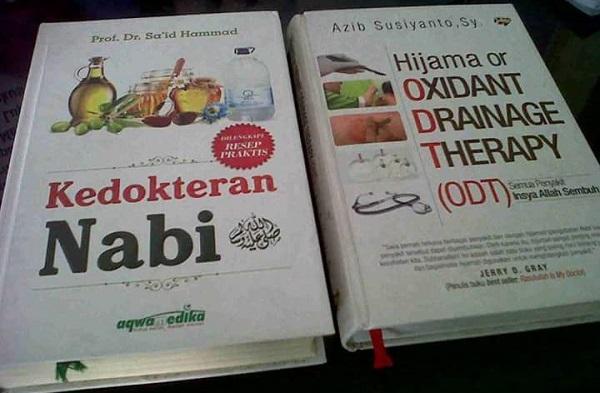 Dua buku yang membahas tentang Pengobatan Nabi. (foto: ist/palontaraq)